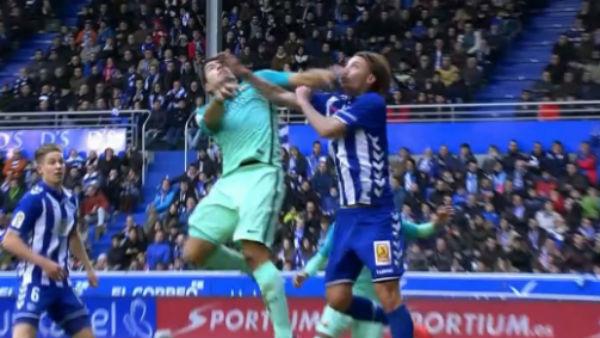 Súarez golpeó con el codo a Alexis.