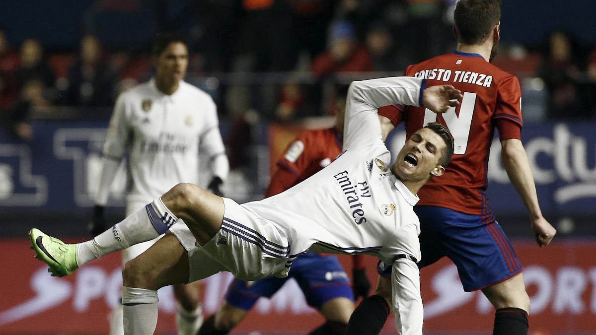 Cristiano Ronaldo se queja de una entrada de Fausto Tienza. (EFE)