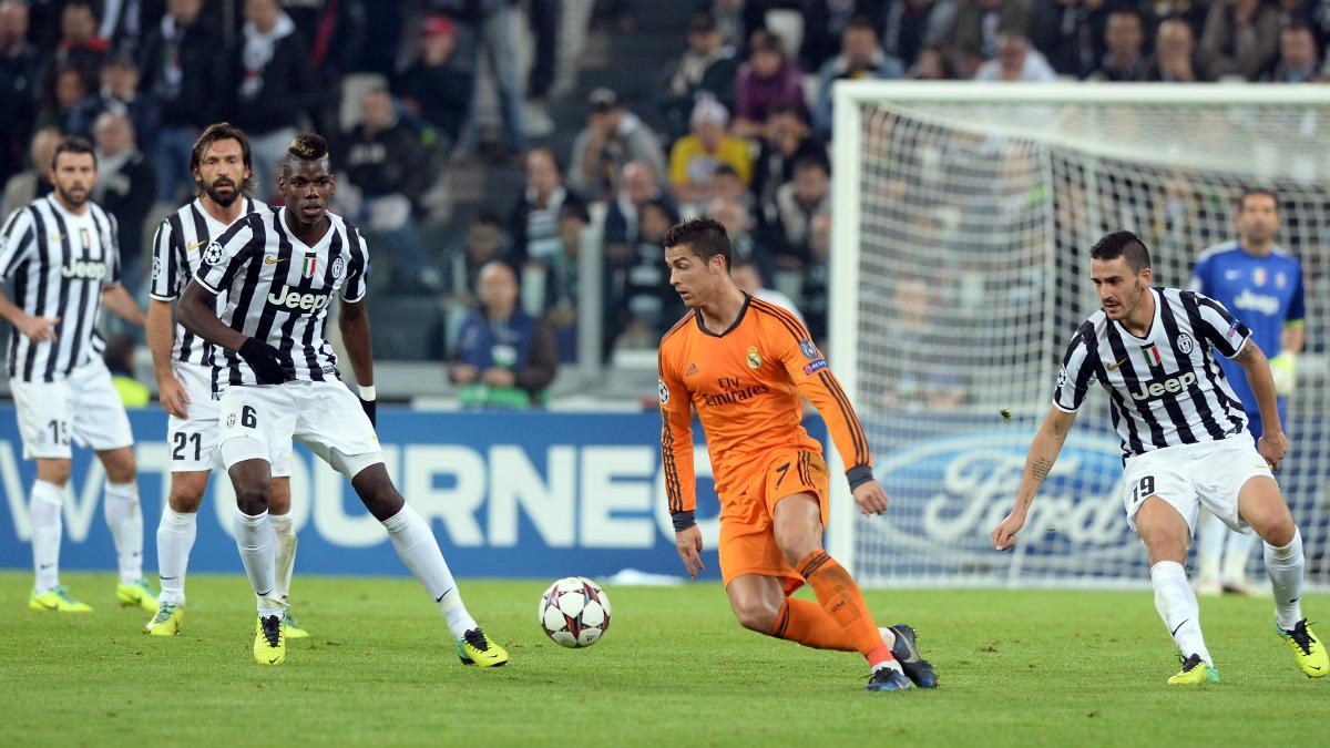 Cristiano Ronaldo, rodeado de jugadores de la Juventus. (Getty)