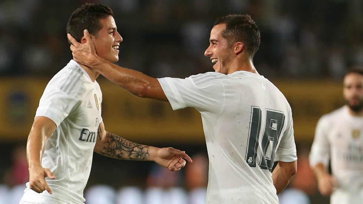 Lucas Vázquez hace una carantoña a James tras un gol. (Getty Images)