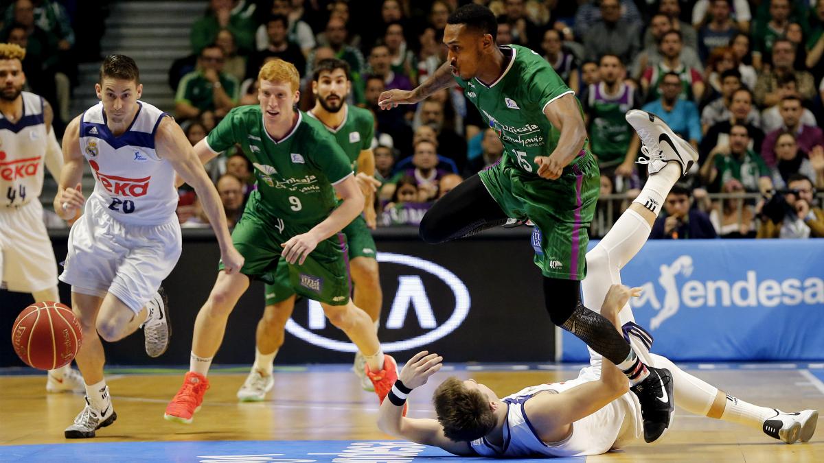 Jamar Smith salta ante la caída de Doncic. (EFE)