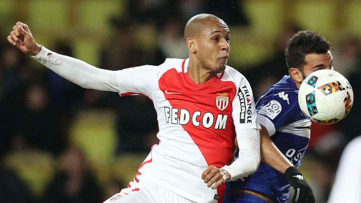 Fabinho, luchando con un jugador del Bastia durante un encuentro.