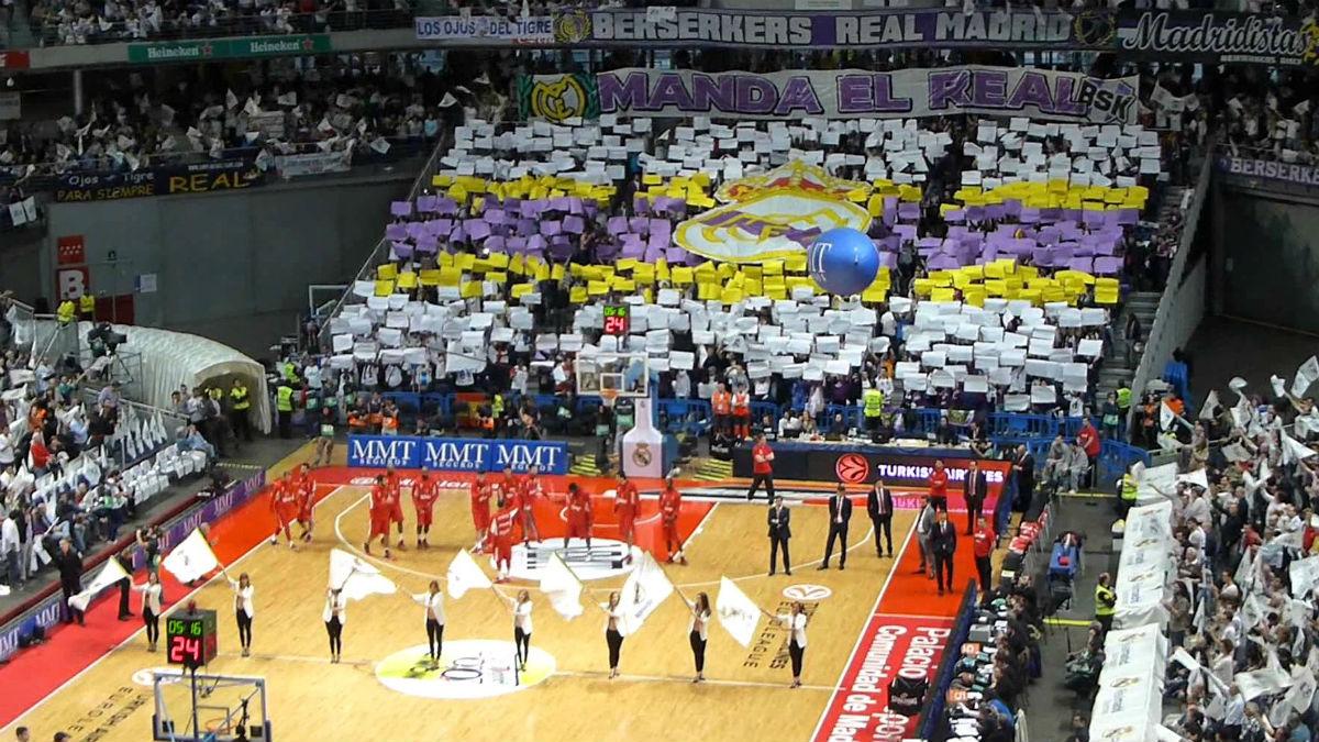El Palacio de los Deportes anima al Real Madrid.