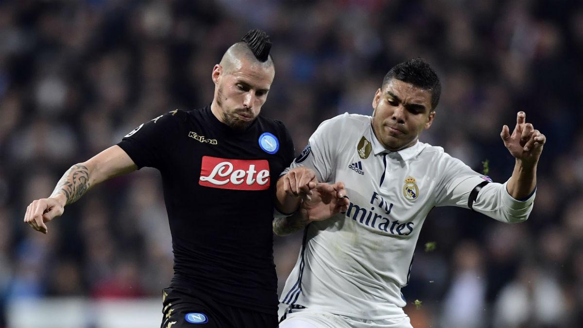 Casemiro disputa un balón con Hamsik. (AFP)