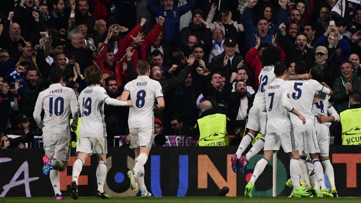 Los jugadores del Real Madrid celebran el gol de Casemiro. (AFP)