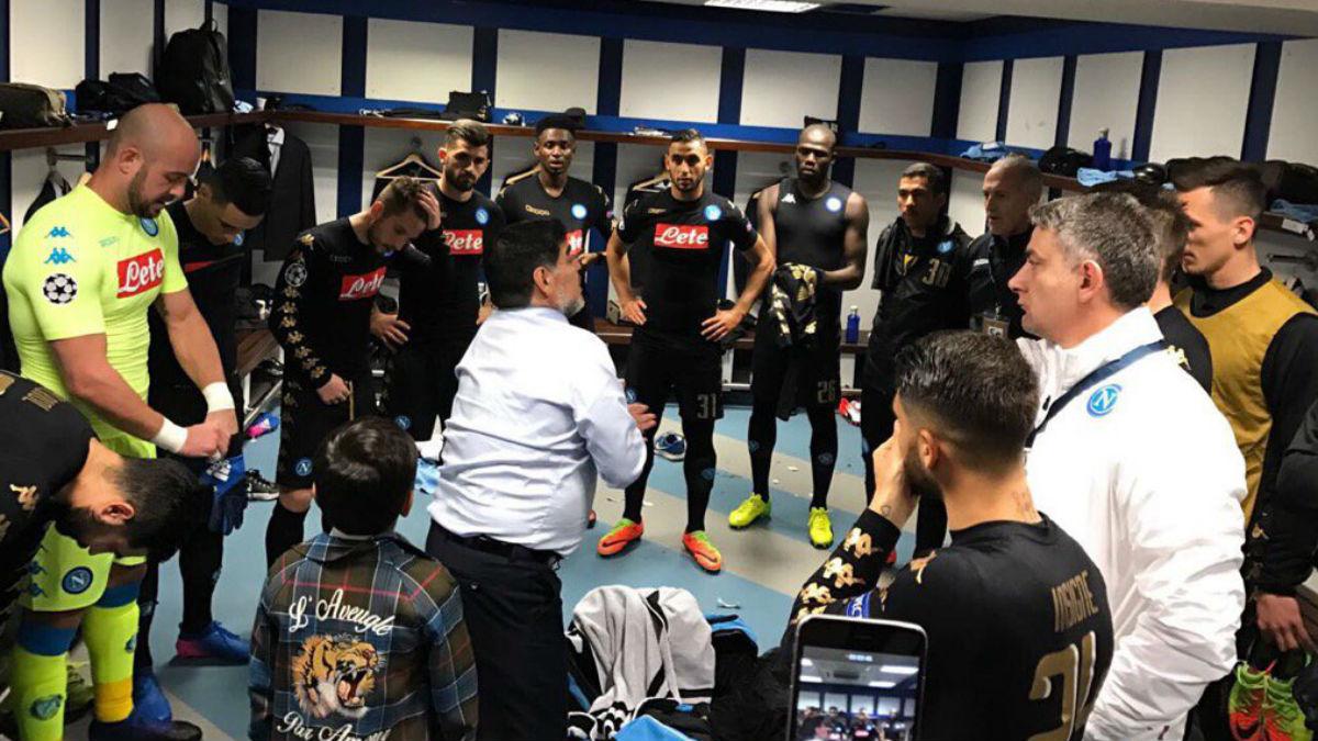 Diego Armando Maradona, en el vestuario del Nápoles en el Bernabéu.