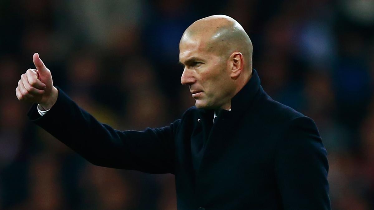 Gesto de aprobación de Zidane durante el Real Madrid vs Nápoles.