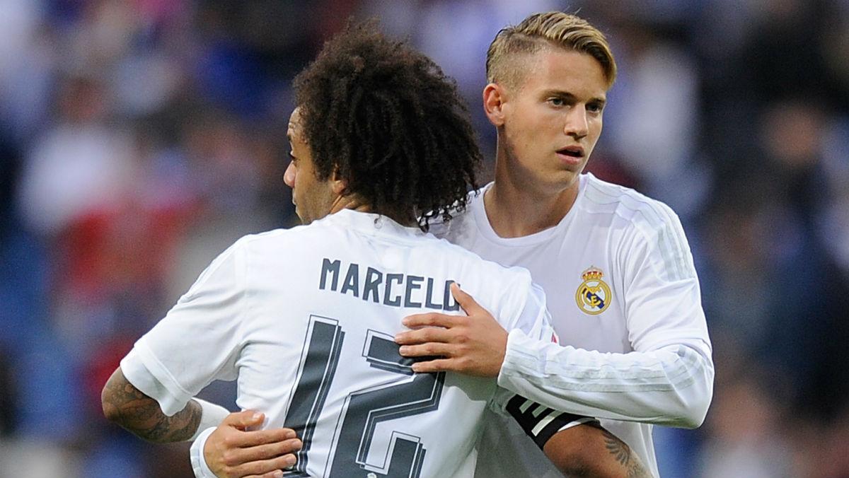 Marcos Llorente se abraza a Marcelo en un partido de Liga.  (AFP)