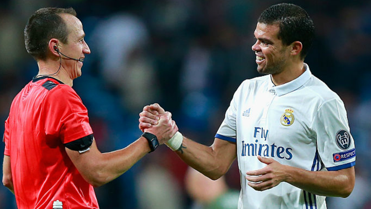 Pepe saluda al árbitro del Real Madrid-Legia. (Getty Images)