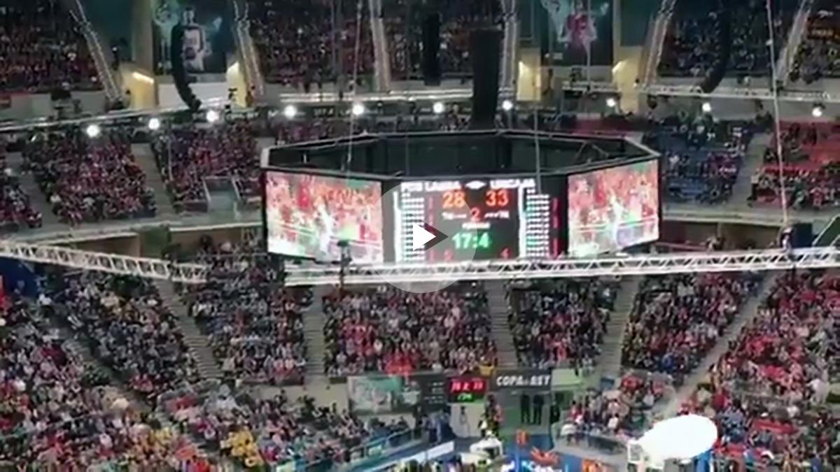 La afición del Real Madrid graba desde el gallinero del Buesa Arena.