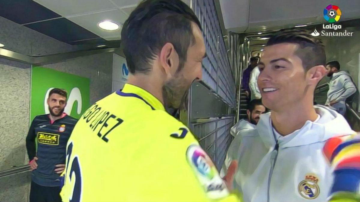 Cristiano y Diego López se saludan en el túnel de vestuarios.