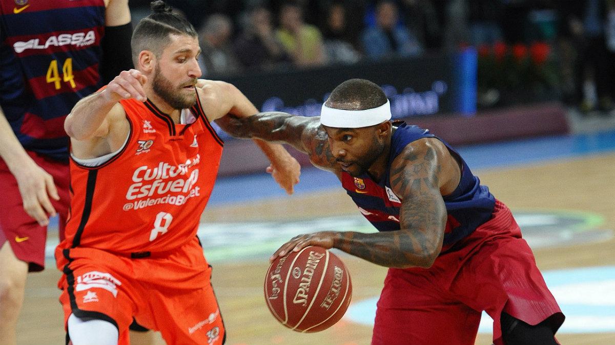 Antoine Diot defiende a Tyrese Rice durante el Valencia Basket-Barcelona. (EFE)