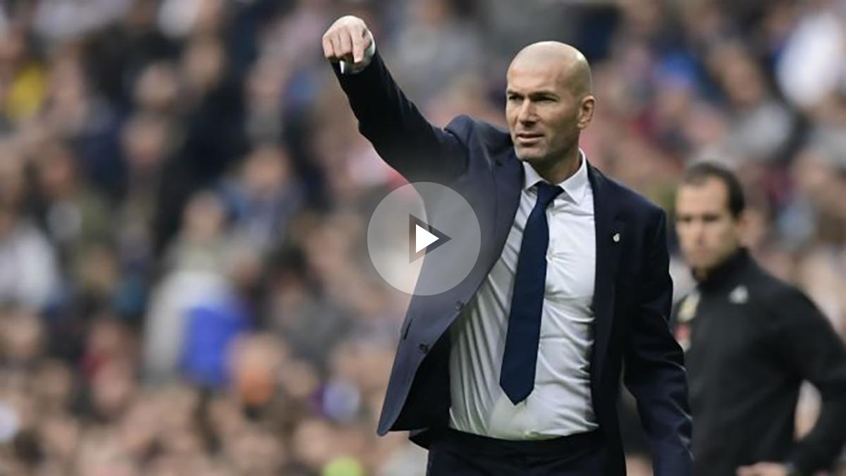 Zidane da órdenes en el partido contra el Espanyol. (AFP)