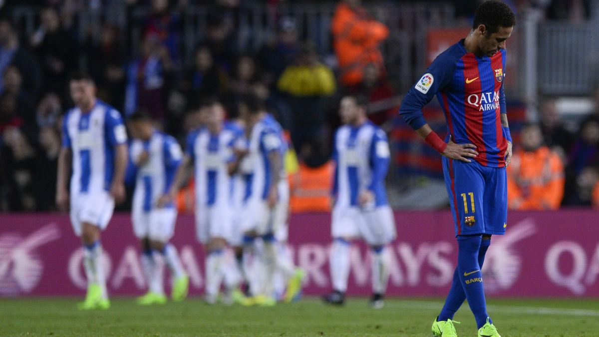 Neymar pasea cabizbajo por el Camp Nou. (AFP)