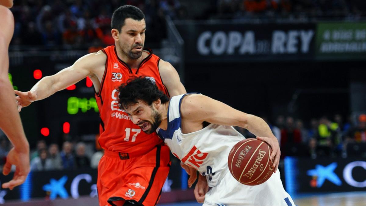Sergio Llull defendido por Rafa Martínez en el Real Madrid vs Valencia Basket. (EFE)
