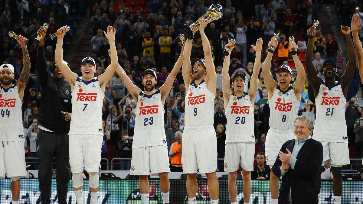 Los jugadores del Real Madrid levantan la Copa del Rey. (EFE)