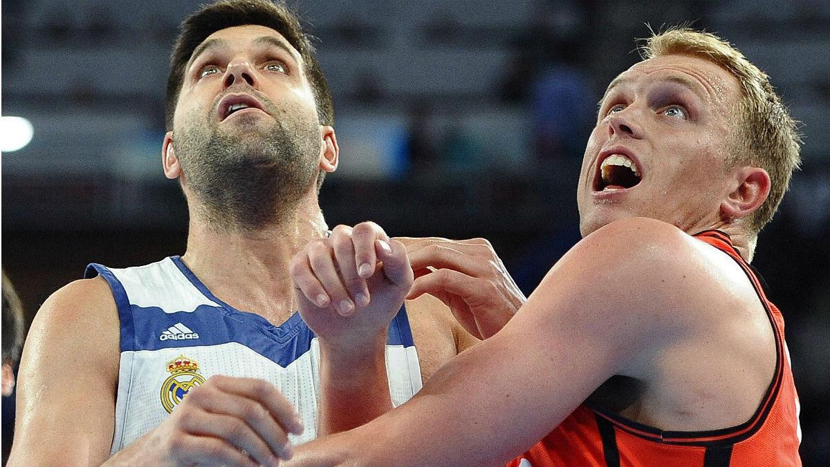 Felipe Reyes y Luke Sikma pugnan por un rebote en el Real Madrid vs Valencia Basket. (EFE)