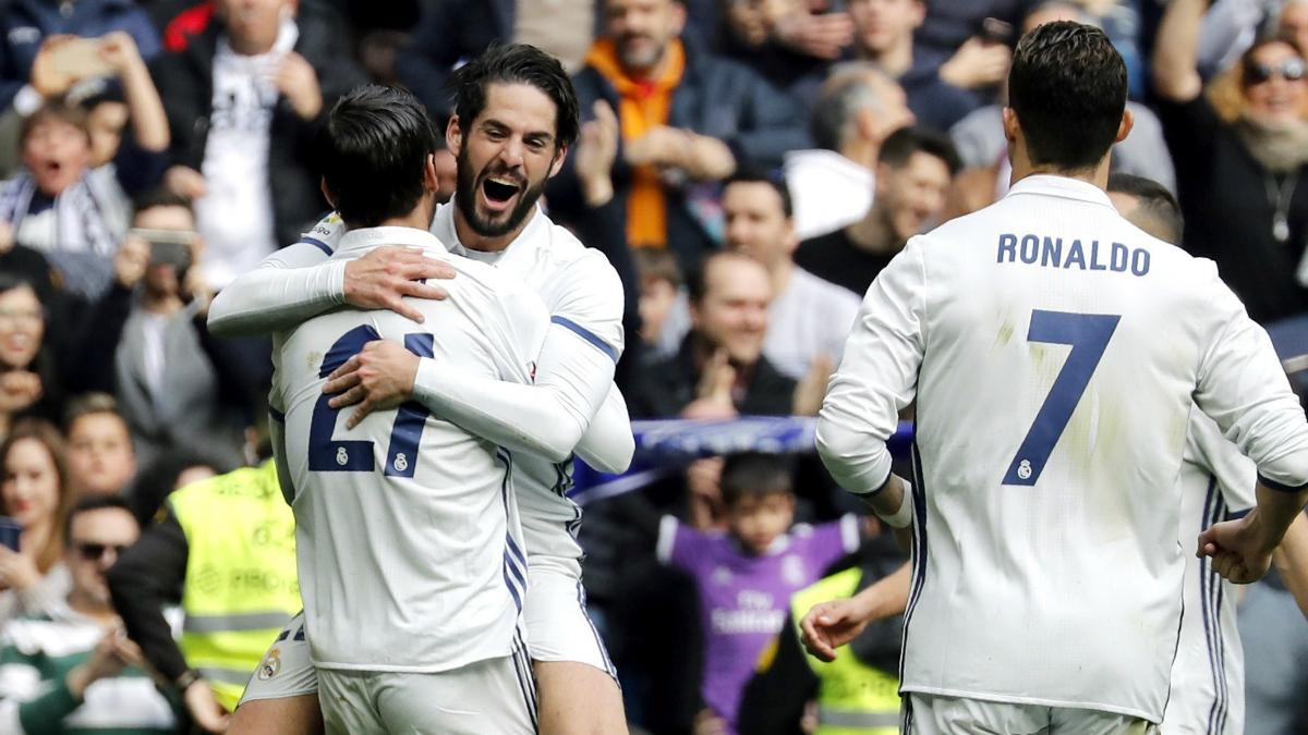 Isco se abraza a Morata tras el gol de éste último. (EFE)