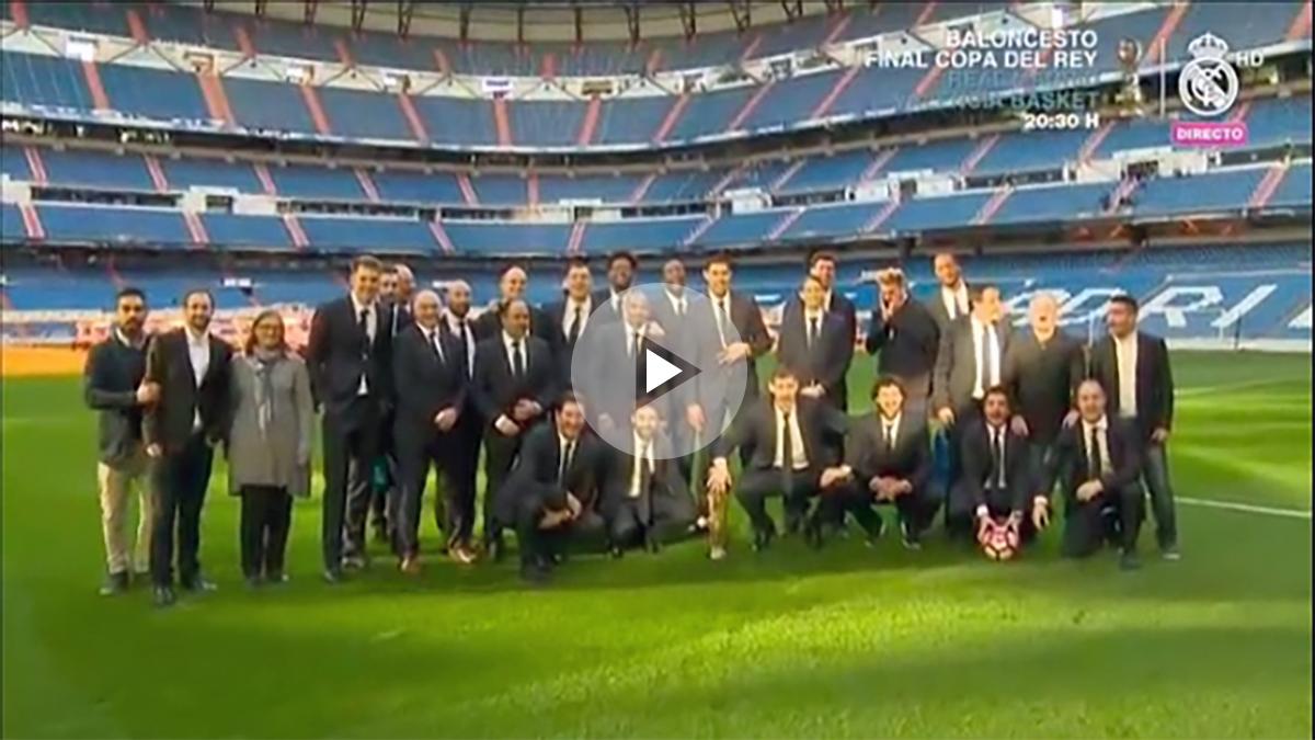 La plantilla del Real Madrid de baloncesto posa sobre el césped del Bernabéu.