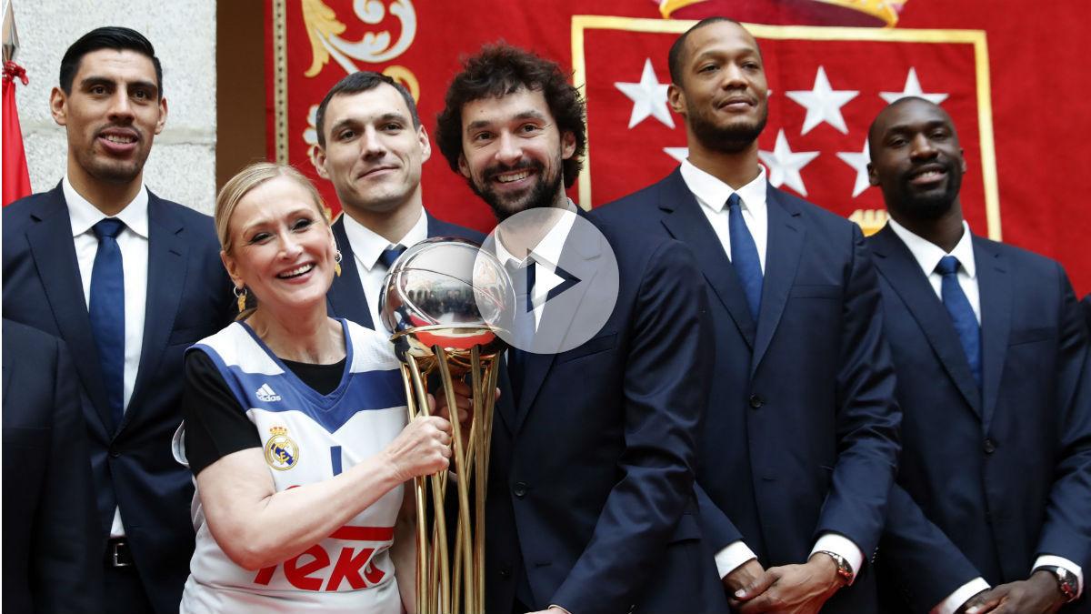 Cristiana Cifuentes junto a la plantilla del Real Madrid. (EFE)