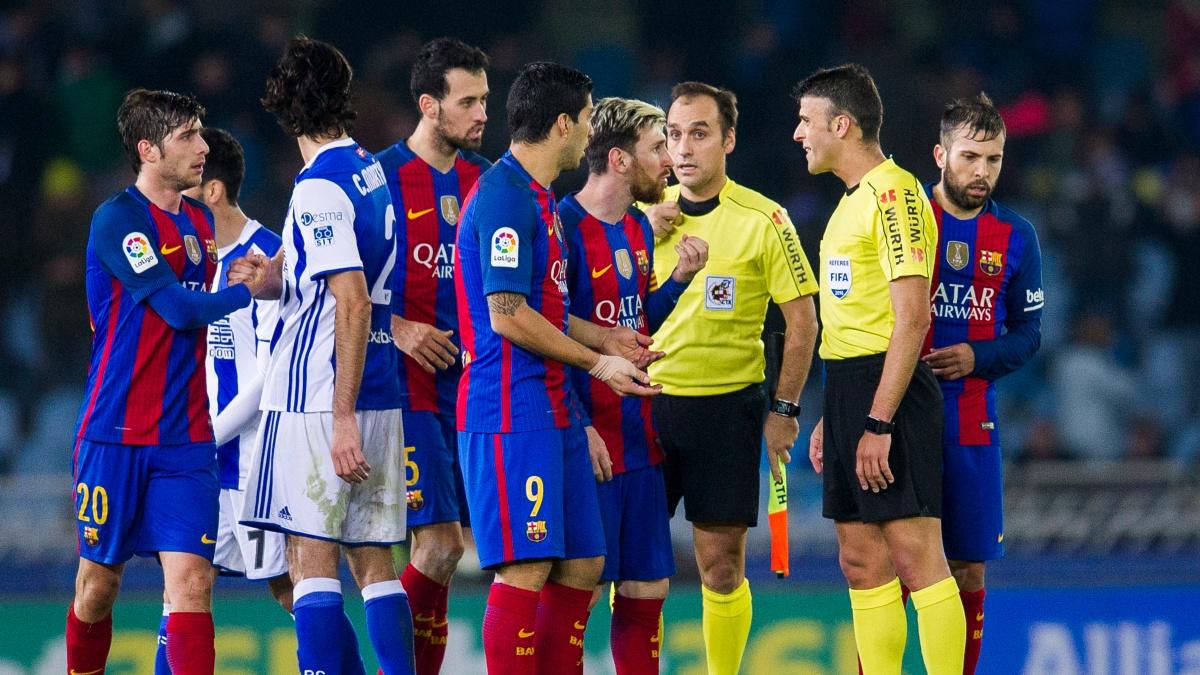 Los futbolistas del Barcelona protestan al árbitro