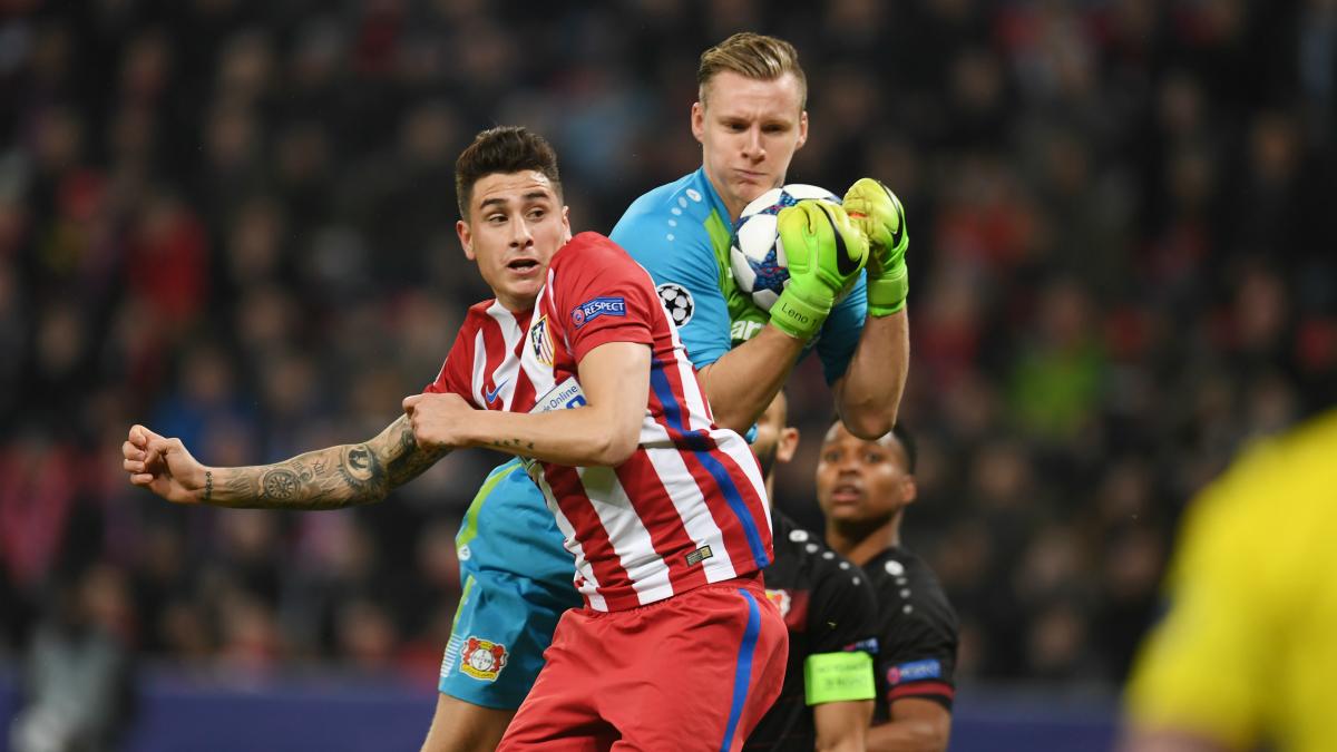 Bernd Leno atrapa el balón ante la presencia de Giménez. (AFP)