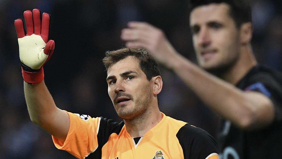 Casillas protesta una jugada ante su compañero y compatriota Marcano. (AFP)
