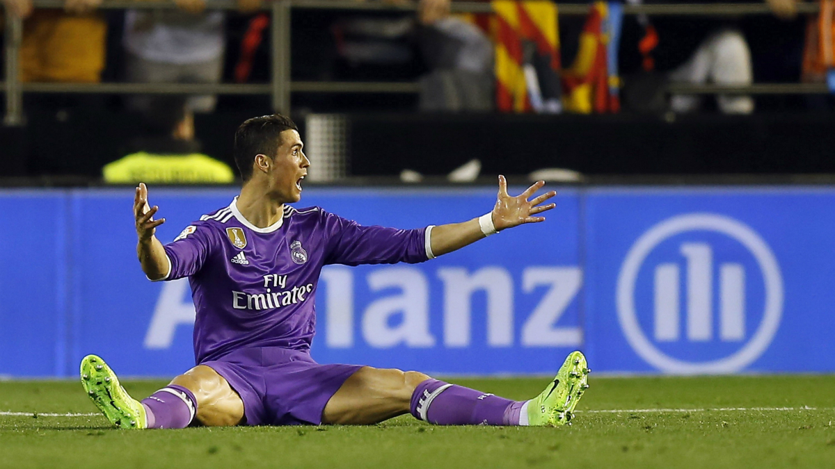 Cristiano Ronaldo se lamenta sobre el césped de Mestalla. (EFE)