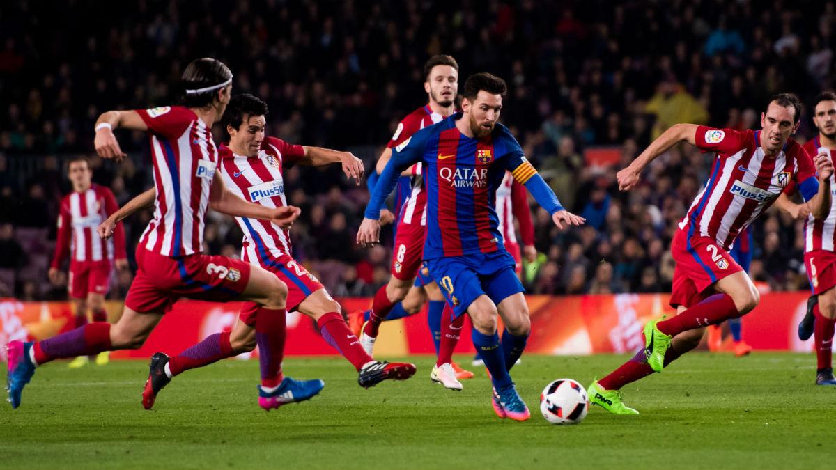 Messi, rodeado de jugadores del Atlético. (Getty)