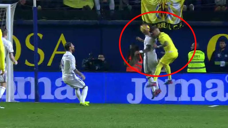 Castillejo se ayudó de la mano para ganar la pelota.