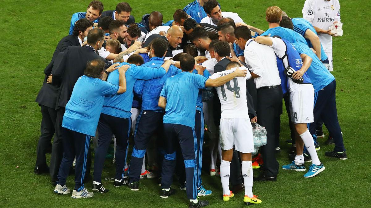 Los jugadores del Real Madrid hacen piña con Zidane. (Getty)
