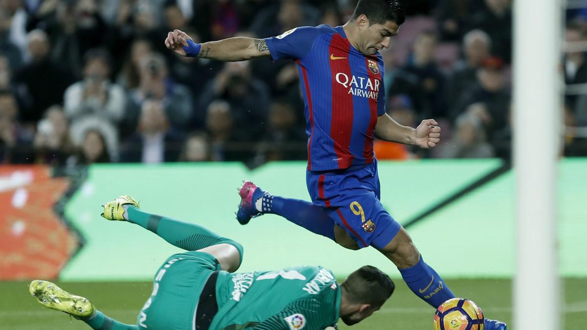 Luis Suárez dispara ante Cuéllar en su primer gol. (EFE)