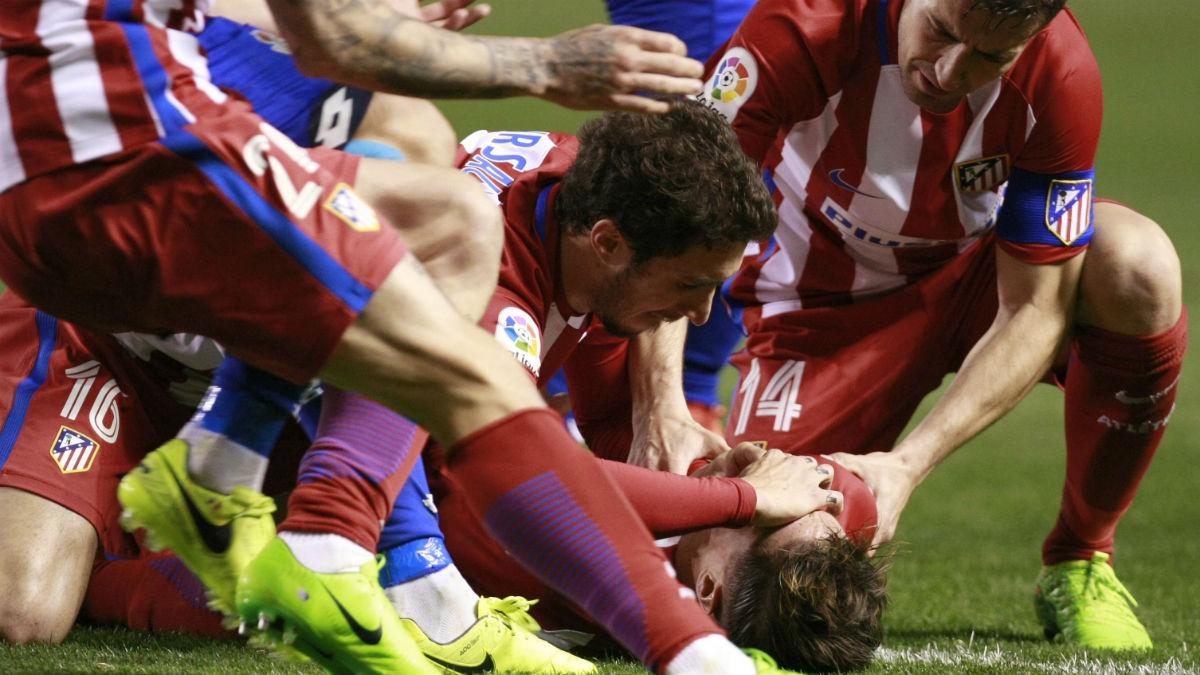 Torres fue atendido en un primer momento por sus compañeros. (EFE)
