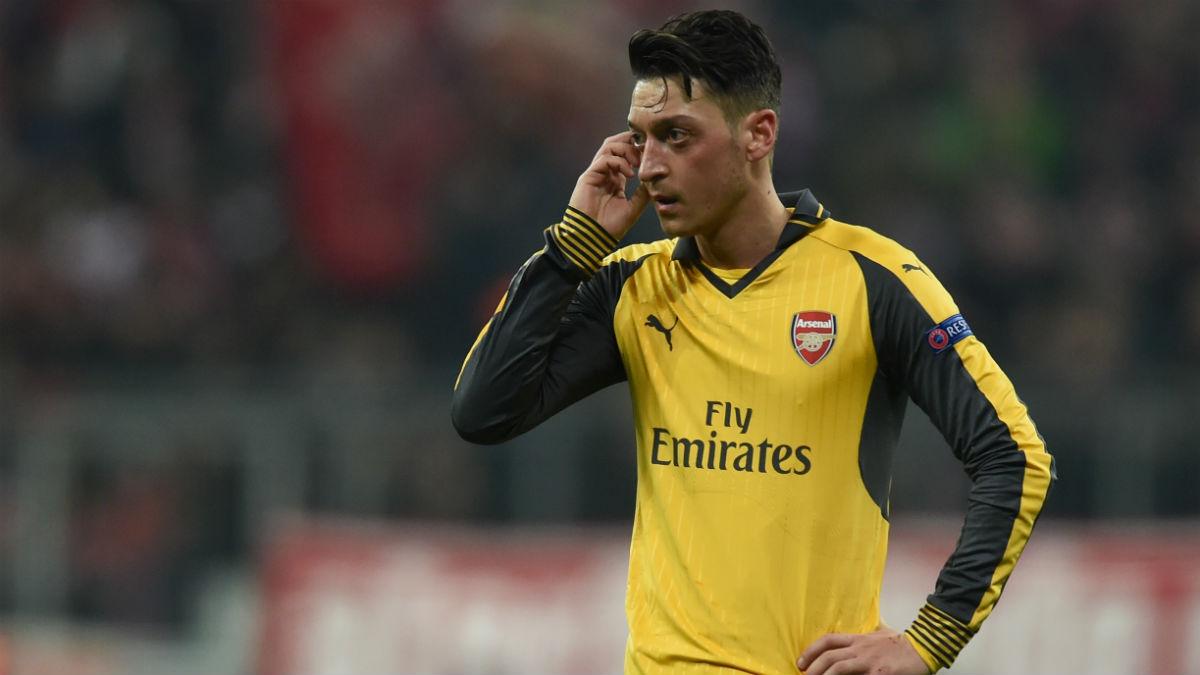 Mesut Özil durante un partido con el Arsenal. (AFP)