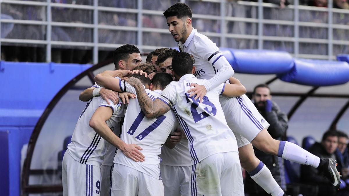 Los jugadores del Real Madrid celebran un gol en Eibar. (AFP)