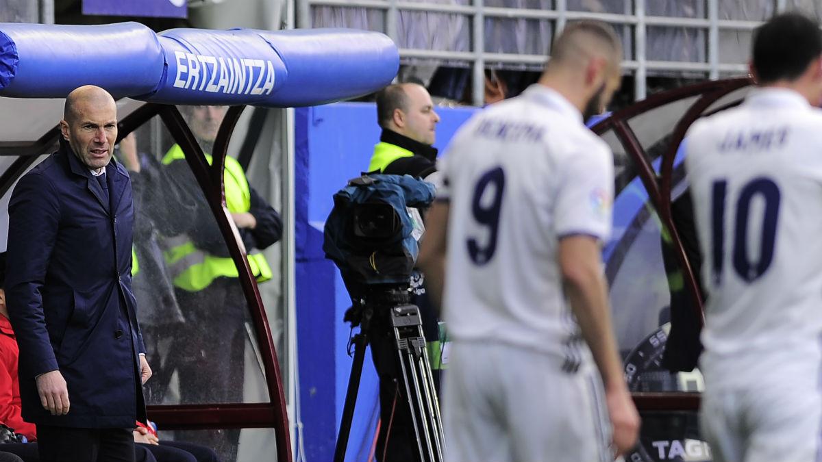 Zidane, en el banquillo de Ipurua. (AFP)