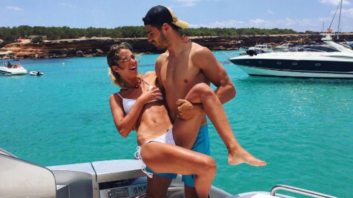 Álvaro Morata, con su novia en una playa.