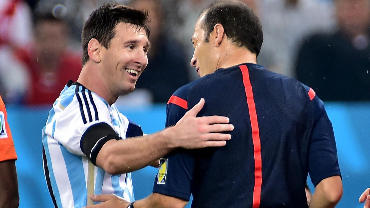 Messi y Çakir en un partido de Argentina. (AFP)