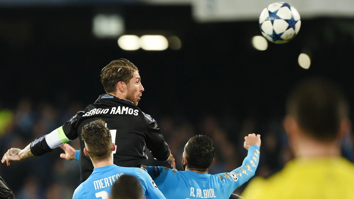 Ramos cabecea el 1-2 en Nápoles. (Getty)