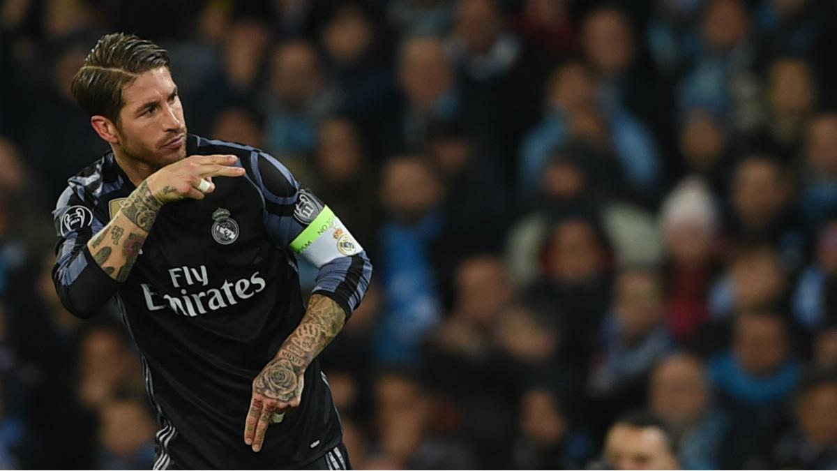 Sergio Ramos celebra el segundo de sus goles en Nápoles. (AFP)