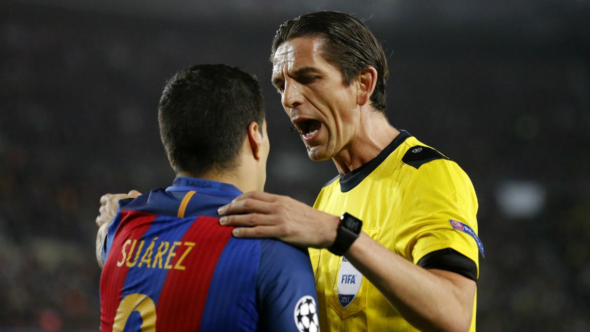 Aytekin charla con Suárez durante el Barcelona vs PSG. (AFP)