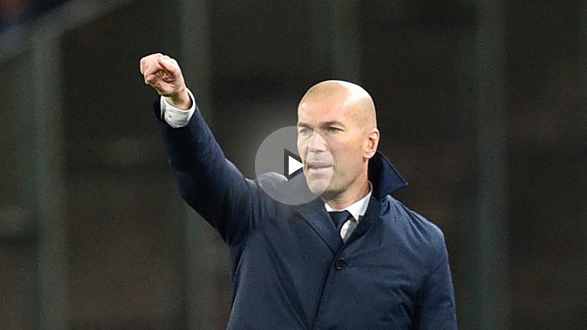 Zidane, dando órdenes a los suyos durante el Nápoles vs Real Madrid.
