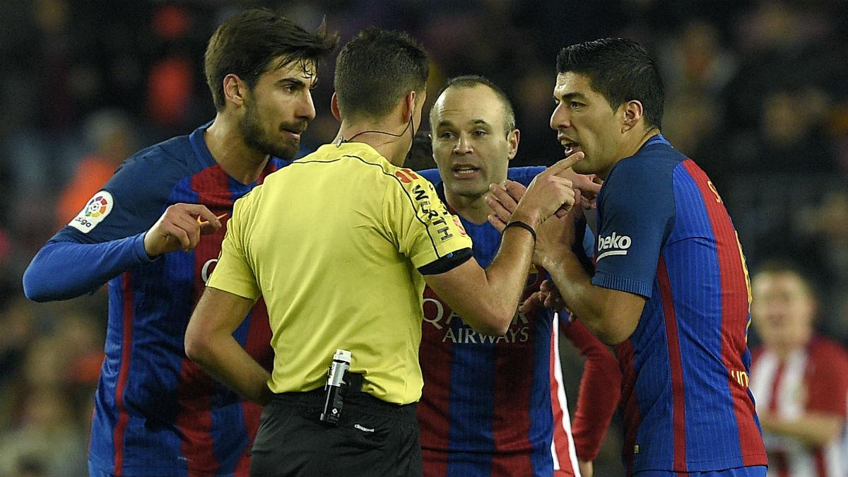 Los jugadores del Barcelona protestan una expulsión de Luis Suárez en Copa del Rey.  (AFP)
