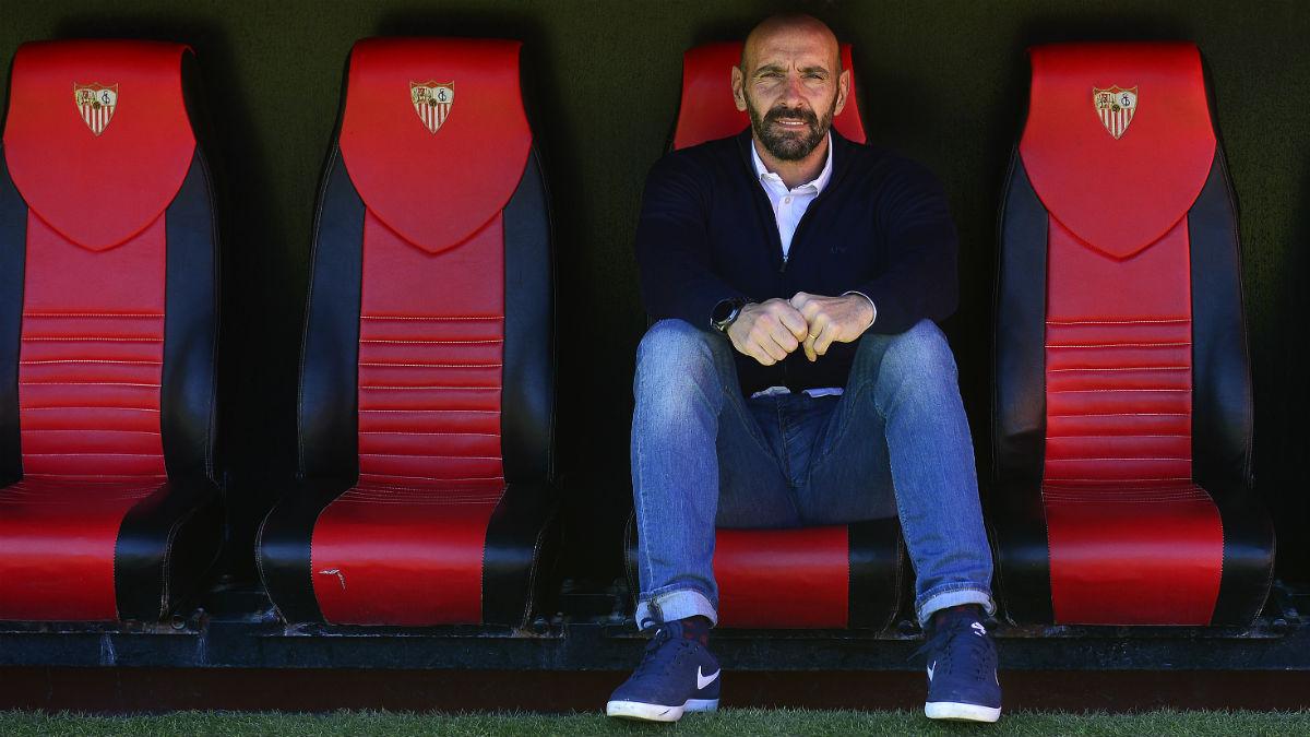 Monchi, en el banquillo del Sánchez Pizjuán. (AFP)