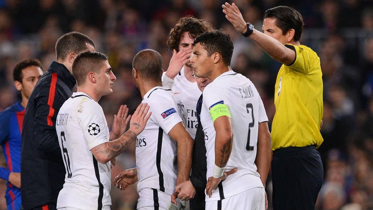 Los jugadores del PSG indignados tras ver como le señalaban un penalti inexistente. (AFP)