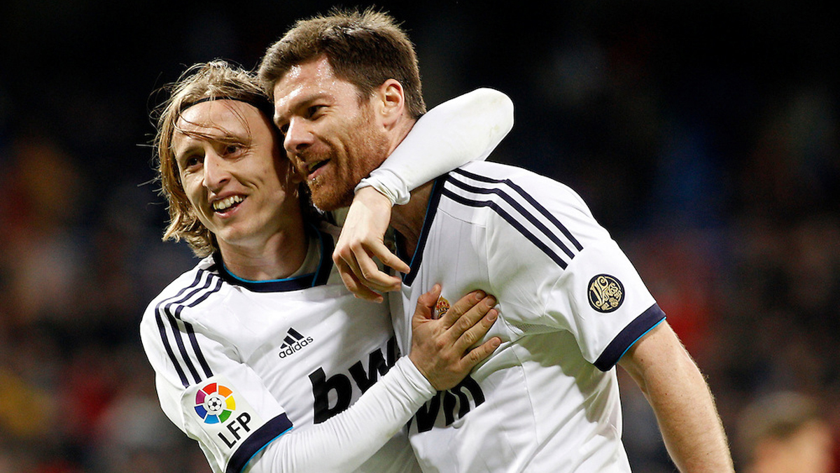 Modric y Xabi Alonso, celebrando un gol del Real Madrid.