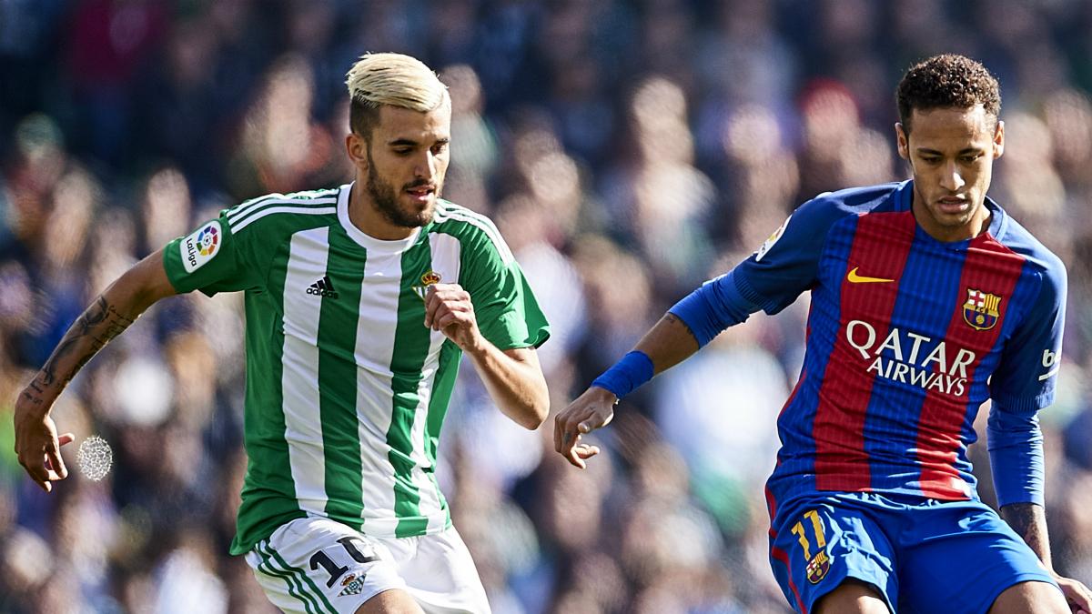 Dani Ceballos, intentando robarle un balón a Neymar.