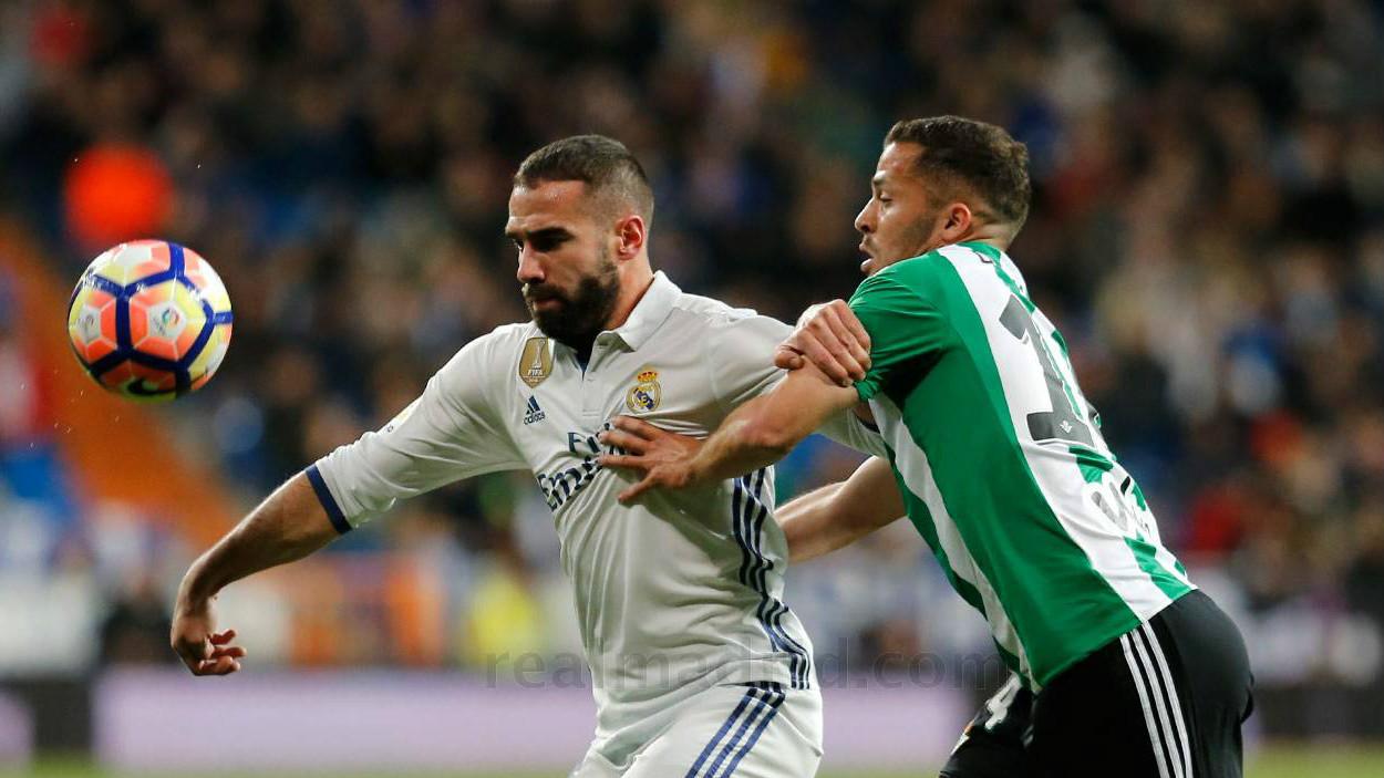 Dani Carvajal defiende un balón ante el Betis. (realmadrid.com)