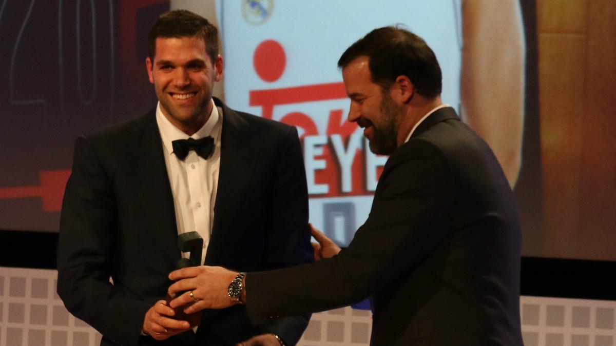 Felipe Reyes recibe un premio de manos de su hermano Alfonso.