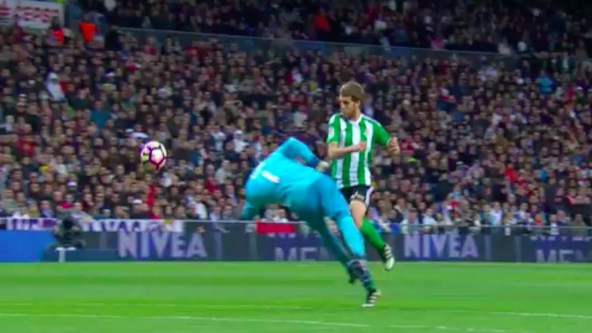 La polemica jugada entre Keylor Navas y Brasanac durante el Real Madrid vs Betis